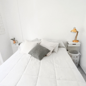 """""""LÁMPARA dorada sobre fondo blanco""""⠀ NO, no vendemos la lámpara, vendemos esa mesita de luz casi imperceptible PERO FUNCIONAL que se FUSIONA con el fondo. 😆⠀ encontrala en MUETT.COM ⠀ foto y dormitorio INMACULADAMENTE ordenado de @leonelagaffuri⠀ ⠀ #diseño #diseñoindustrial #diseñointeriores #interiorismo #interior #interiordesign #dormitorio #habitacion #mesadeluz #departamento #homedecor #organizar"""